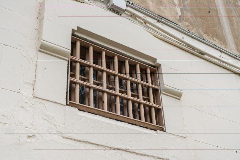 Fenêtre de cellule de prison avec des barres, fin  image libre de droits