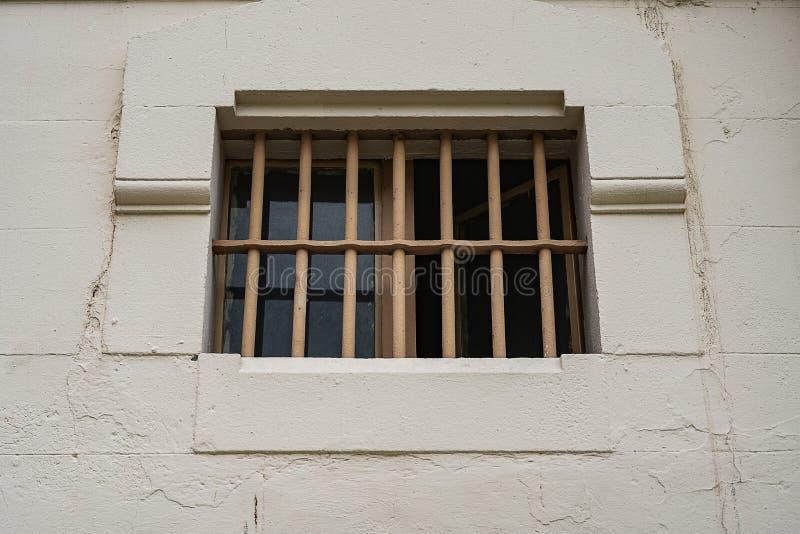 Fenêtre de cellule de prison avec des barres, fin  photographie stock
