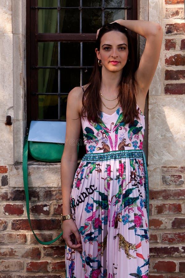 Fenêtre de fille de brune, Groot Begijnhof, Louvain, Belgique image libre de droits