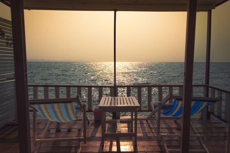 Fenêtre de forme de coucher du soleil photographie stock
