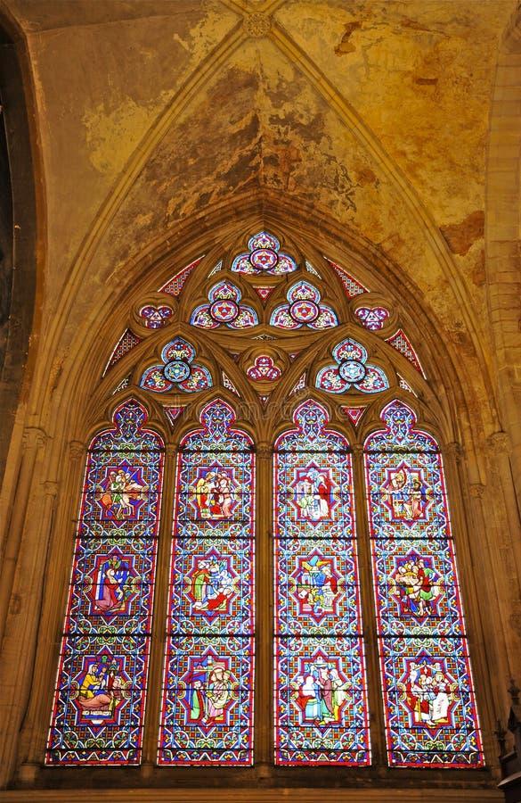 Fenêtre de Leadlight en verre souillé à l'intérieur de cathédrale de Bayeux image libre de droits
