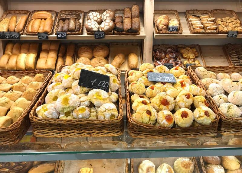 Fenêtre de magasin en vente des produits de boulangerie de pain photo libre de droits