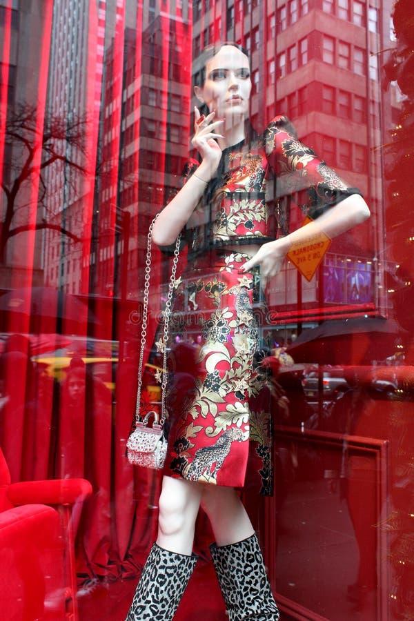 Fenêtre de magasin magnifique décorée pour les vacances avec le thème du fashionista rouge et noir et blanc, 5ème avenue, New Yor images stock
