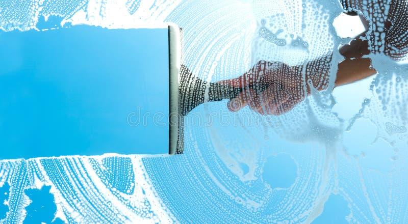 Fenêtre de nettoyage avec le ciel bleu de racle photos libres de droits