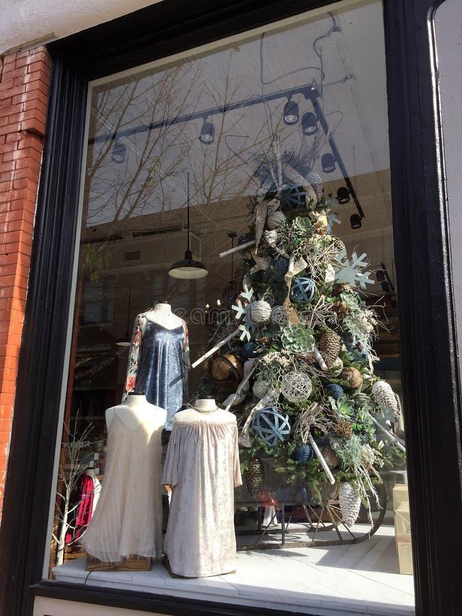 Fenêtre de Noël disposée dans le magasin de vêtements de mode image libre de droits