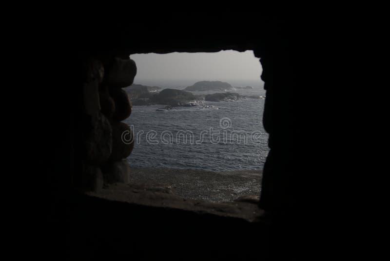 Fenêtre de roche avec la vue sur le lac et les rochers photographie stock