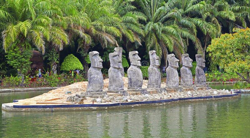 Fenêtre de Shenzhen du monde : les statues de l'île de Pâques - piment photos stock