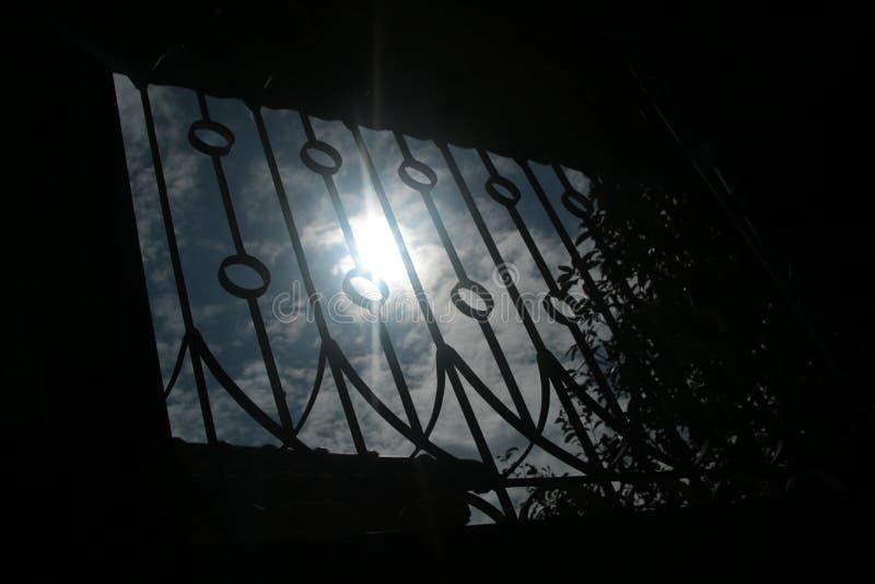 Fenêtre de silhouette à la maison et ciel bleu nuageux dans le beau jour images stock