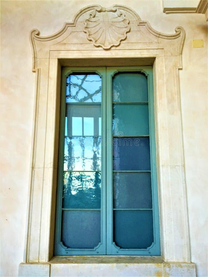 Fenêtre de style de liberté, verre azuré et coquille photos stock