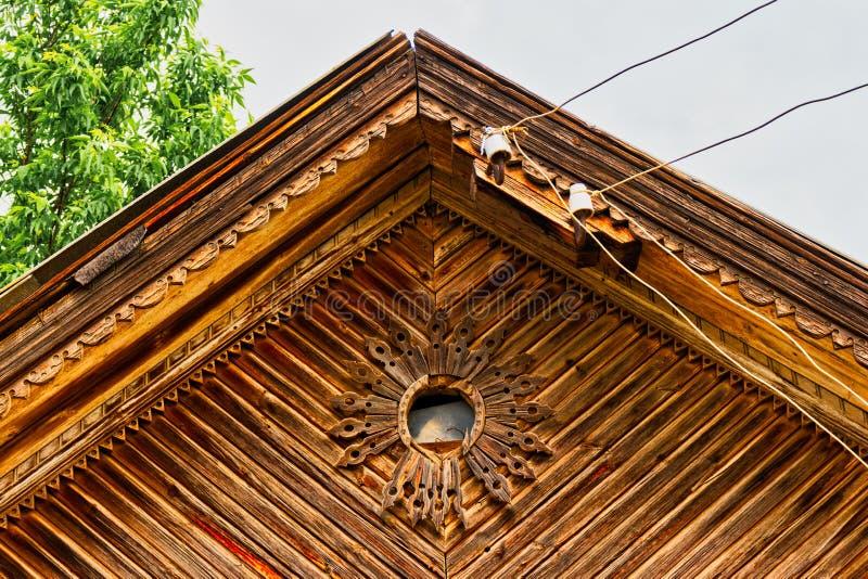 Fen?tre de toit d?coup?e dans le style folklorique russe photo libre de droits