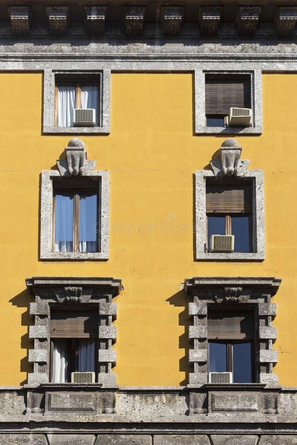 Fenêtre de vintage Fenêtre italienne classique milan l'Italie Chambre, maison, extérieure Vieille construction image stock