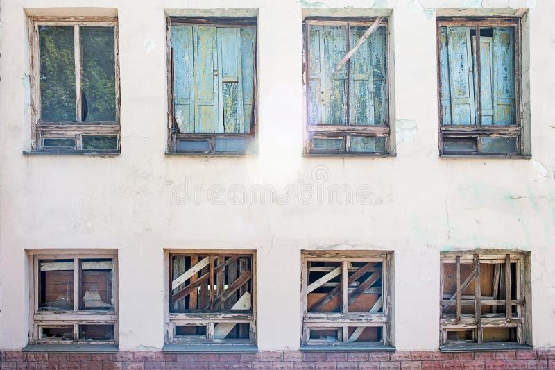 Fenêtre embarquée- dans un vieux bâtiment abandonné Fenêtres cassées sur le mur photos libres de droits