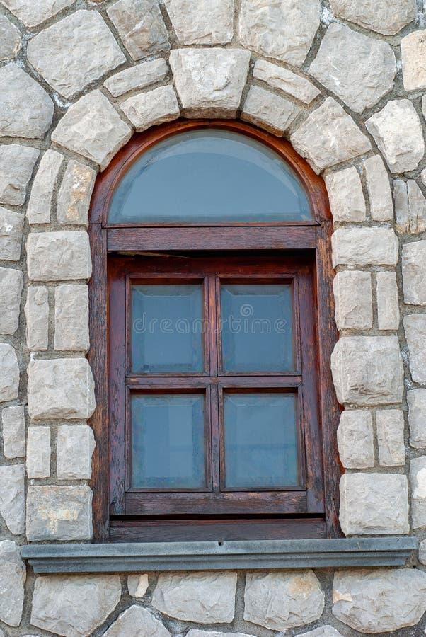 Fenêtre en bois arquée, sur un mur en pierre image stock