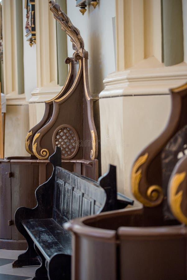 Fenêtre en bois de boîte confessionnelle à l'église photos stock