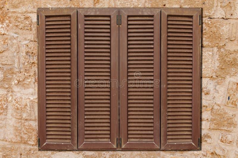 Fenêtre en bois de Brown sur la vieille texture en pierre de modèle de château jaune photo stock