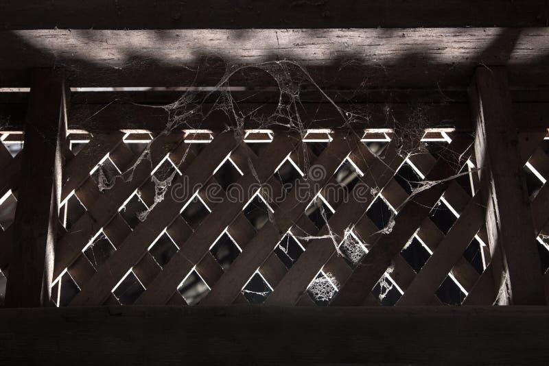 Fenêtre en bois et toile d'araignée dans la lumière thaïlandaise antique d'obscurité d'horreur de concept de maison photos libres de droits
