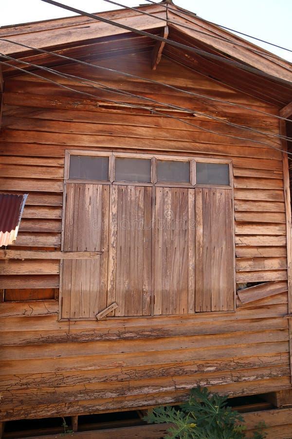 Fenêtre en bois fermée de vieux mur en bois de maison image stock