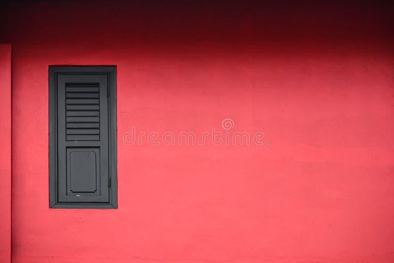 Fenêtre en bois sur le mur rouge photo stock