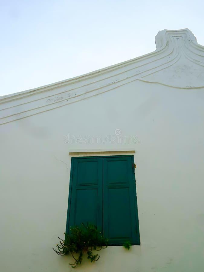 Fenêtre en bois verte sur le mur blanc image stock