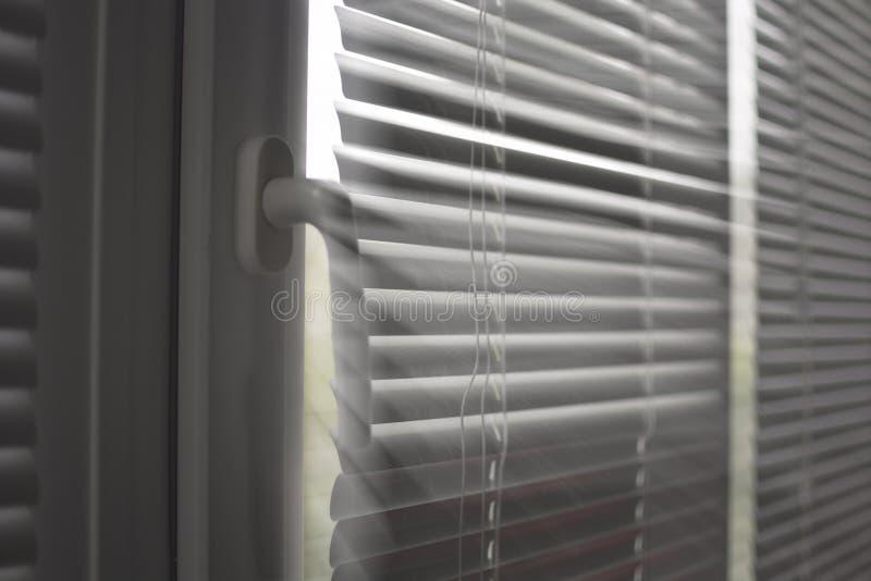 Fenêtre en plastique avec des abat-jour photo stock