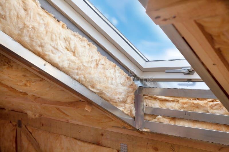 Fenêtre en plastique de mansarde ou de lucarne sur le grenier avec le rockwool favorable à l'environnement et de rendement optimu image stock