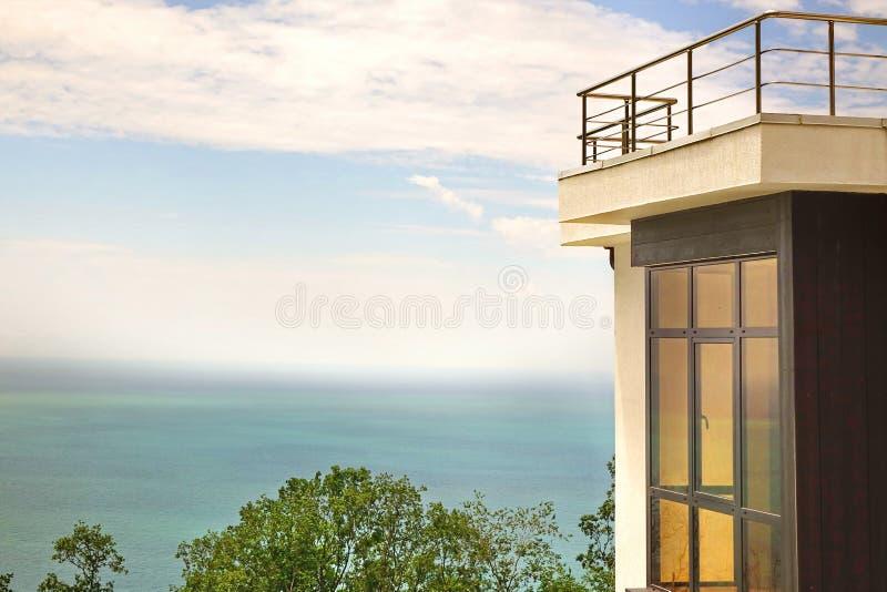 Fenêtre en saillie dans la terrasse blanche de mur en béton et de toit de villa photo libre de droits