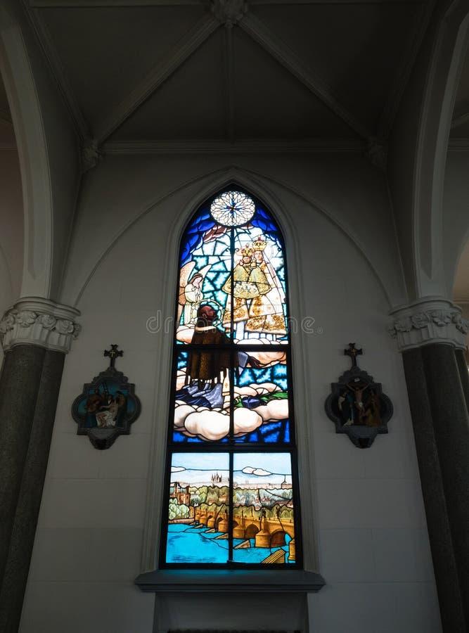 Fenêtre en verre teinté à l'intérieur de la cathédrale sacrée de coeur à Yokohama, Japon photographie stock