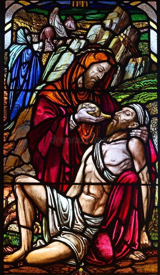 Fenêtre en verre teinté dépeignant le bon Samaritain dans la chapelle de Roxton photo libre de droits
