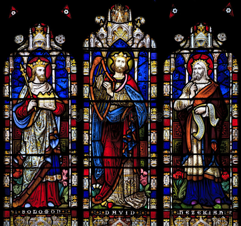Fenêtre en verre teinté dépeignant Solomon, David et Hezekiah dans le saint Nicholas Church, Arundel, l'Ouest-Sussex photo libre de droits