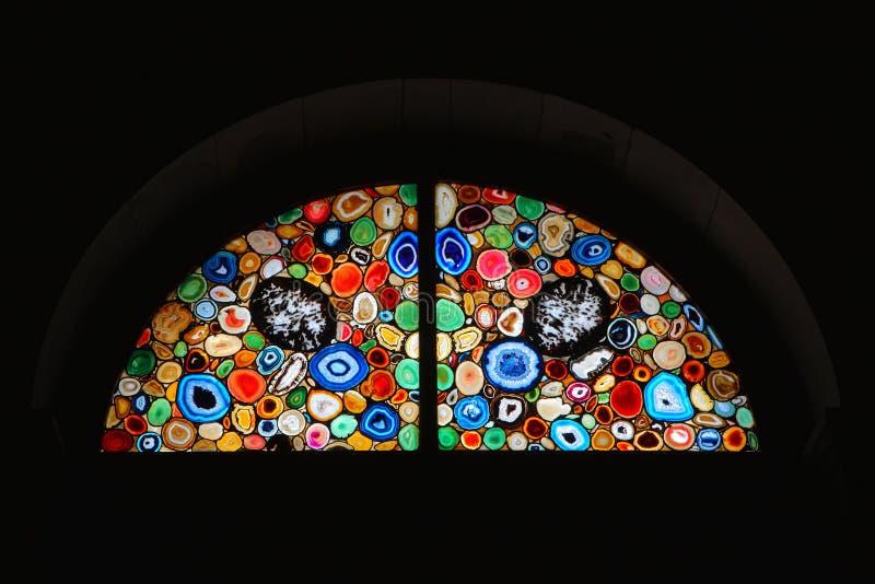 Fenêtre en verre teinté d'église images libres de droits