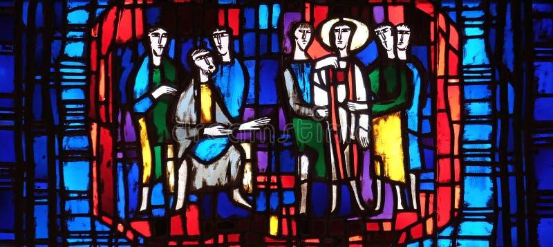 Fenêtre en verre teinté dans l'église de St Stephen dans Wasseralfingen, Allemagne photo libre de droits