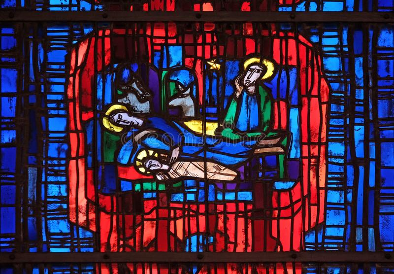 Fenêtre en verre teinté dans l'église de St Stephen dans Wasseralfingen, Allemagne image libre de droits