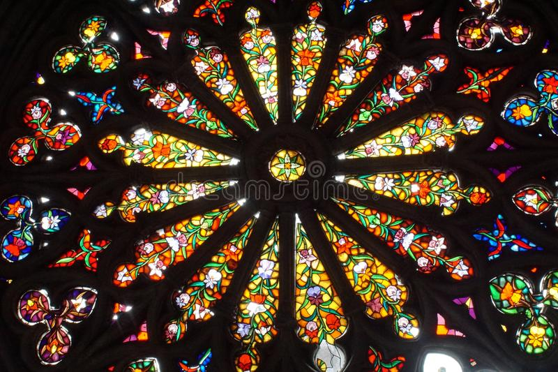 Fenêtre en verre teinté dans la basilique à Quito, Equateur image stock