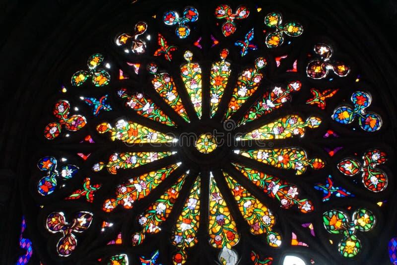 Fenêtre en verre teinté dans la basilique à Quito, Equateur images libres de droits