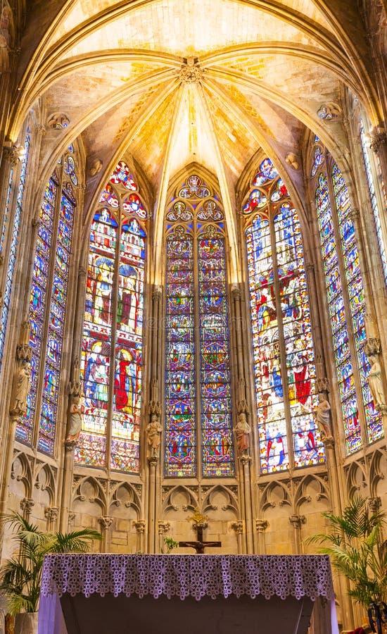 Fenêtre en verre teinté dans la cathédrale catholique photographie stock
