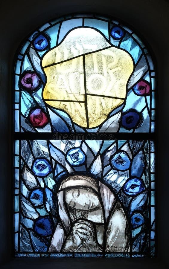 Fenêtre en verre teinté dans la chapelle dans Hinterbrand, Allemagne images stock