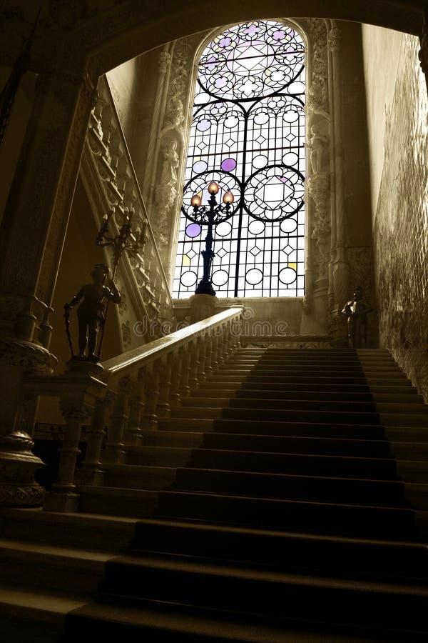 Fenêtre en verre teinté de Bussaco et escalier de marbre de palais, intérieur de palais, vieux luxe image stock