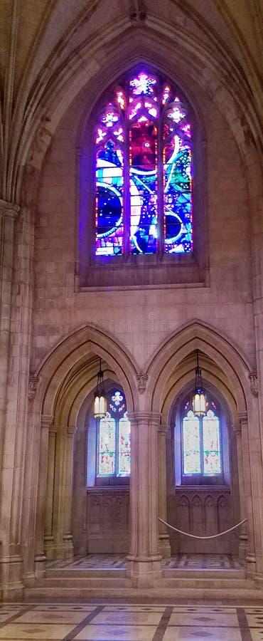 Fenêtre en verre teinté de Washington National Cathedral Moon Rock, éclairée à contre-jour par le soleil photos stock