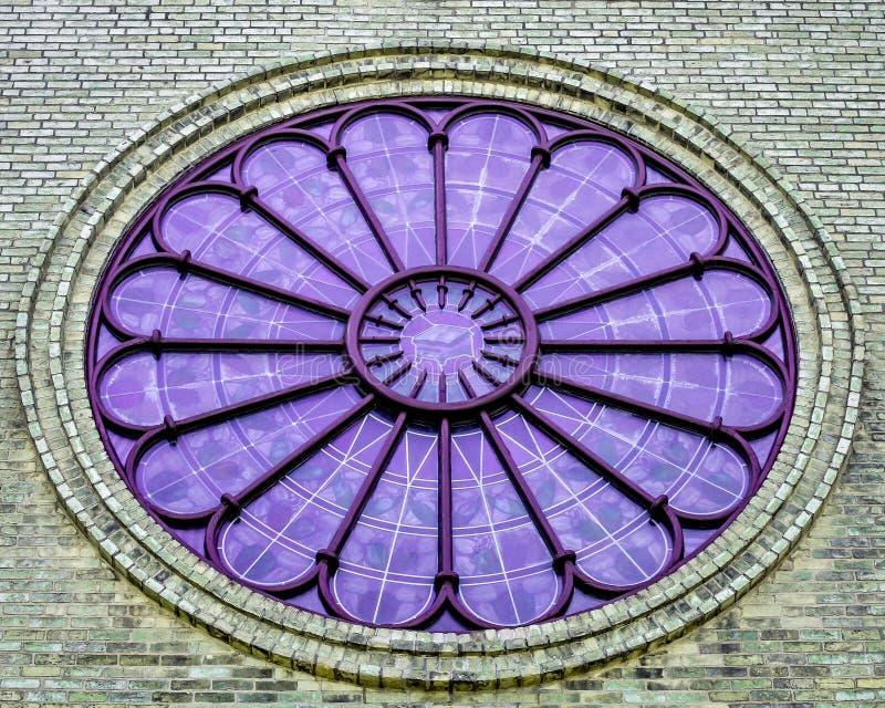 Fenêtre en verre teinté pourpre ronde avec les briques monochromes photographie stock