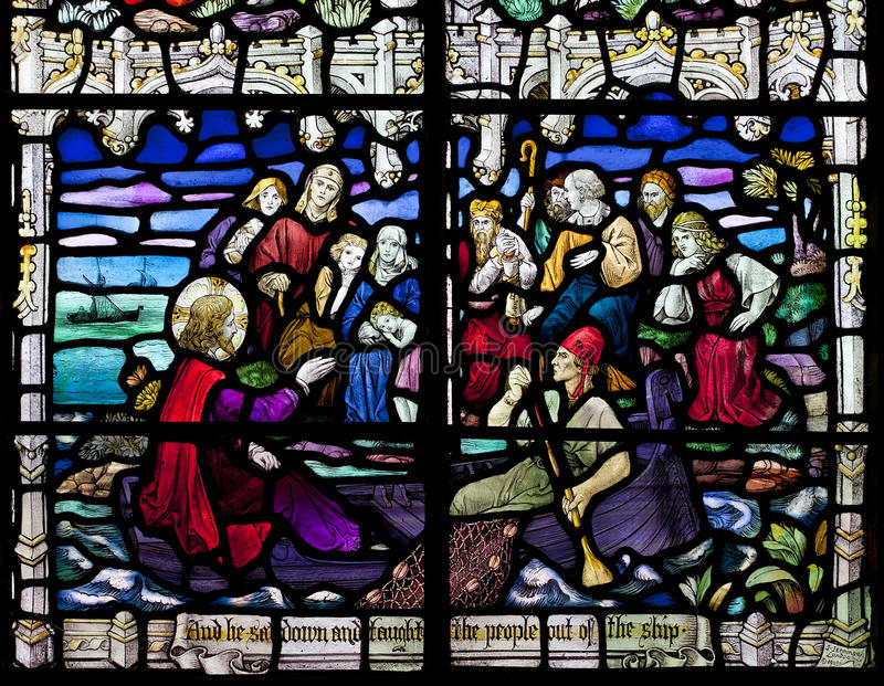 Fenêtre en verre teinté victorienne dépeignant Jesus Christ prêchant sur un bateau sur la mer de la Galilée. image libre de droits