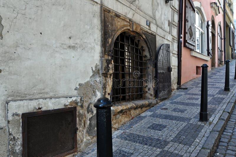 Fenêtre endommagée d'un bâtiment image libre de droits
