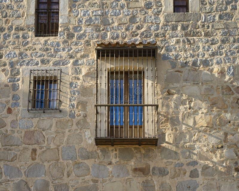 Fenêtre et balcon sur les murs d'Avila, en Espagne image stock