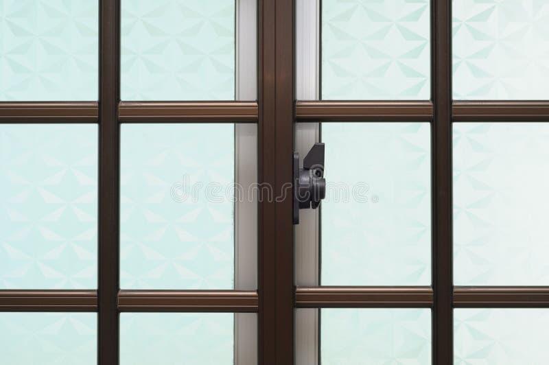 Fenêtre et grils à la maison image libre de droits