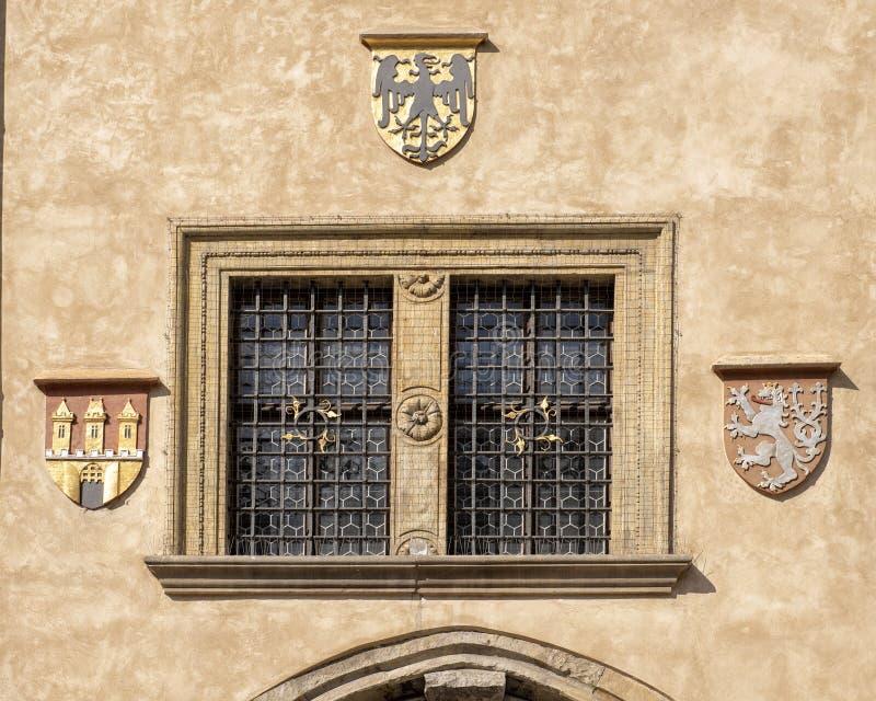Fenêtre et manteaux des bras, vieux hôtel de ville, République Tchèque de Prague images stock