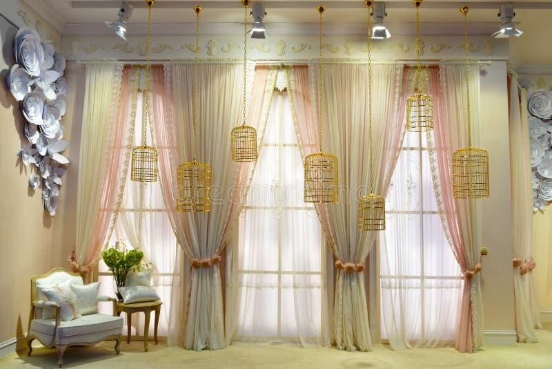 Fenêtre et rideau photographie stock libre de droits