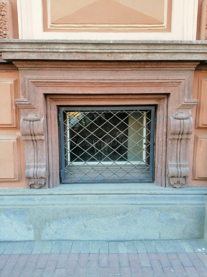 Fenêtre et trellis avec l'ornement du sous-sol photos libres de droits