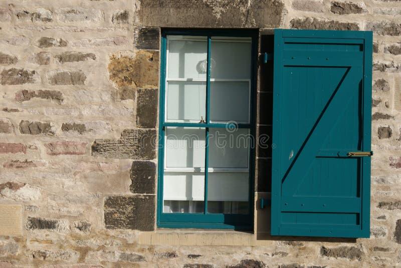 Fenêtre et volet image stock