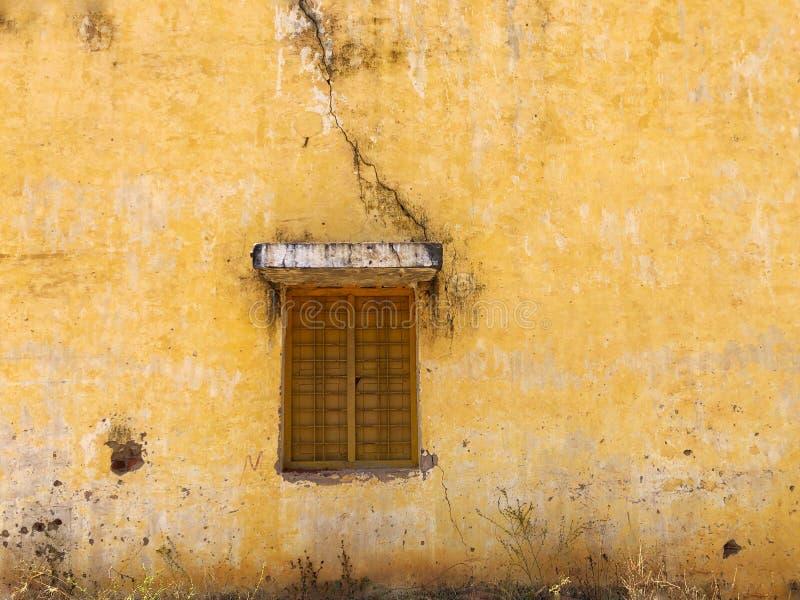 Fenêtre fermée sur le vieux mur photos libres de droits