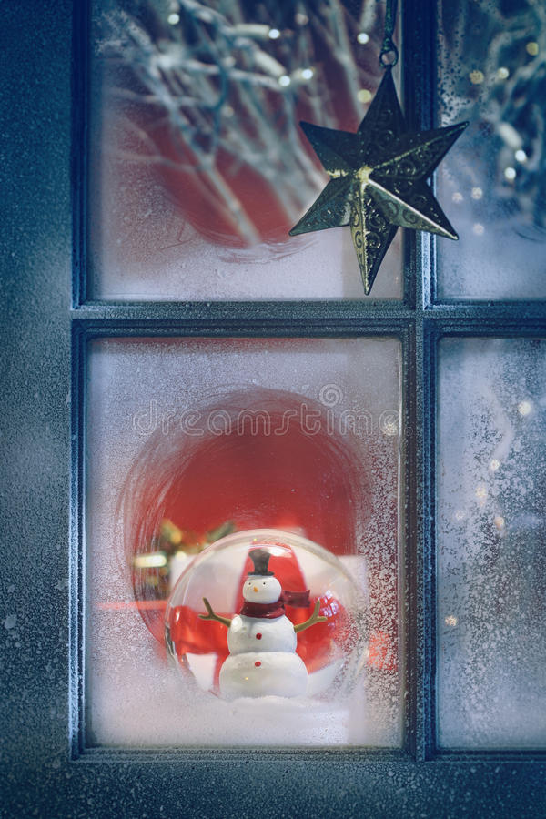 Fenêtre givrée avec des décorations de Noël à l'intérieur image libre de droits