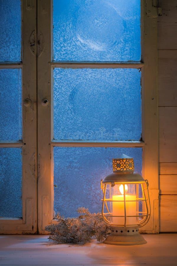 Fen tre givr e la nuit avec la bougie br lante pour no l for Fenetre wallpaper